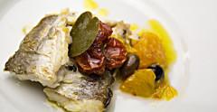 Dentice con pomodorini, arance, olive taggiasche e foglia di cappero, preparato e fotografato da Giorgio Giorgetti, personal chef Varese Como Milano Lombardia, su Cucino di te.