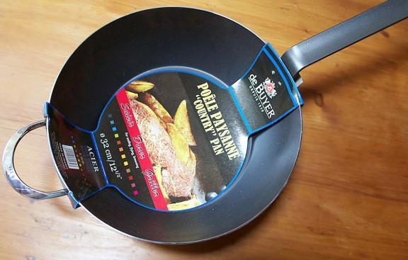 padella di ferro blu per fritture De Buyer, fotografata da Giorgio Giorgetti, personal chef a Varese, Como, Milano