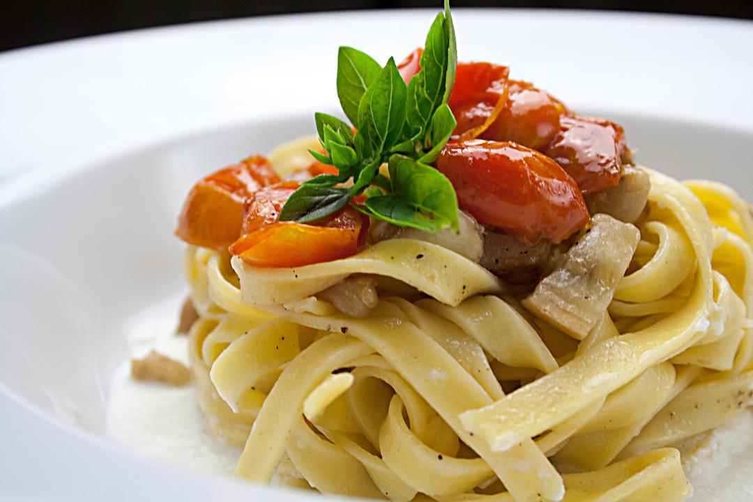 tagliatelle con melanzane e pomodorini confit su crema di bufala: che cosa fa un personal chef.