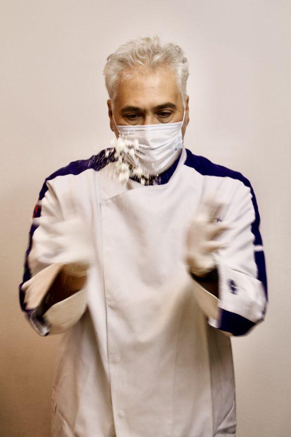 giorgio giorgetti di cucino di te lavora con guanti e mascherina per la sicurezza del cliente
